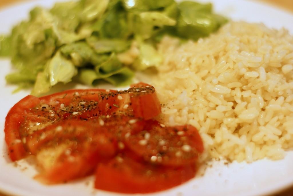 Pomidor z zatarem, ryż i sałata