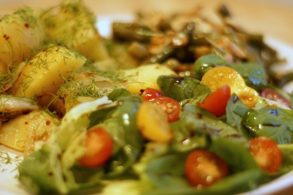 Fasolka szparagowa, ziemniaki i sałata z koralikami oraz syropem z granatów