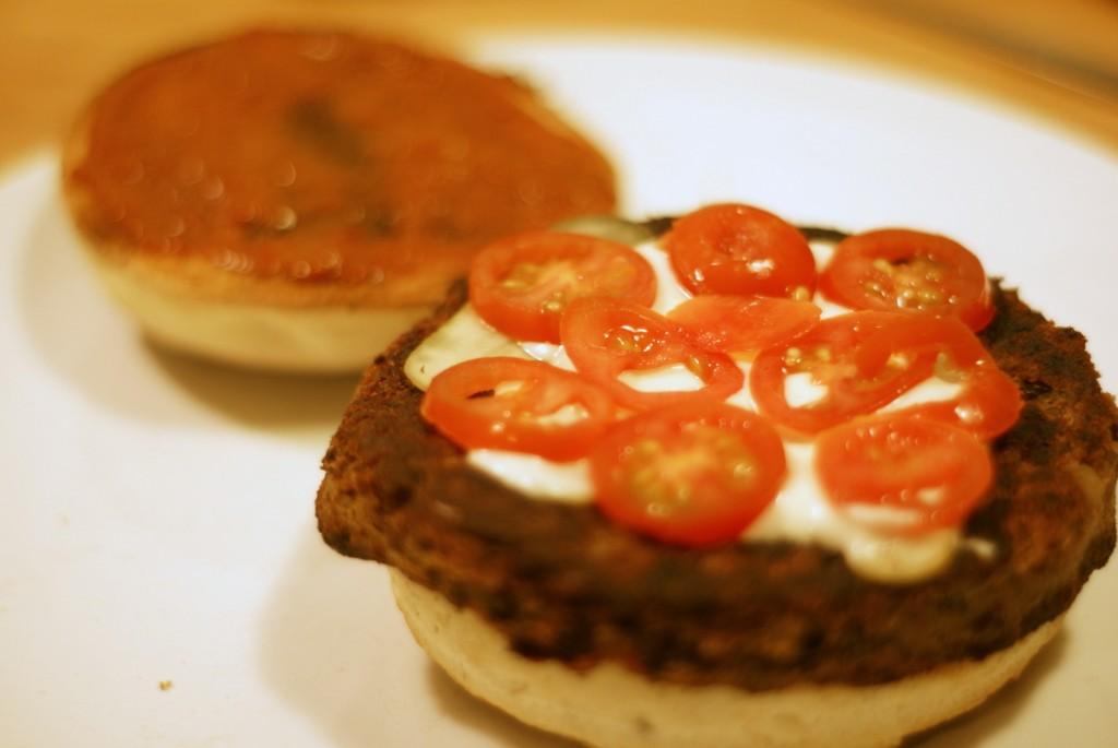 Na mojonezie układamy pomidory.