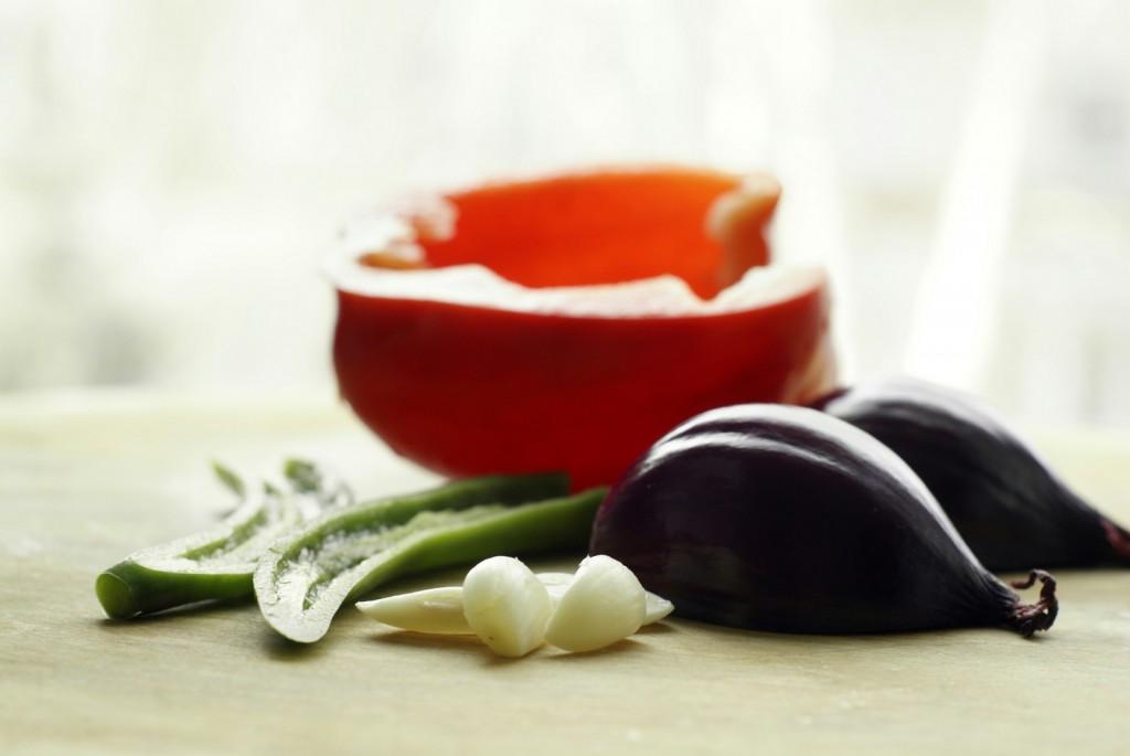Zielone chili, czosnek, czerwona cebula i czerwona papryka.