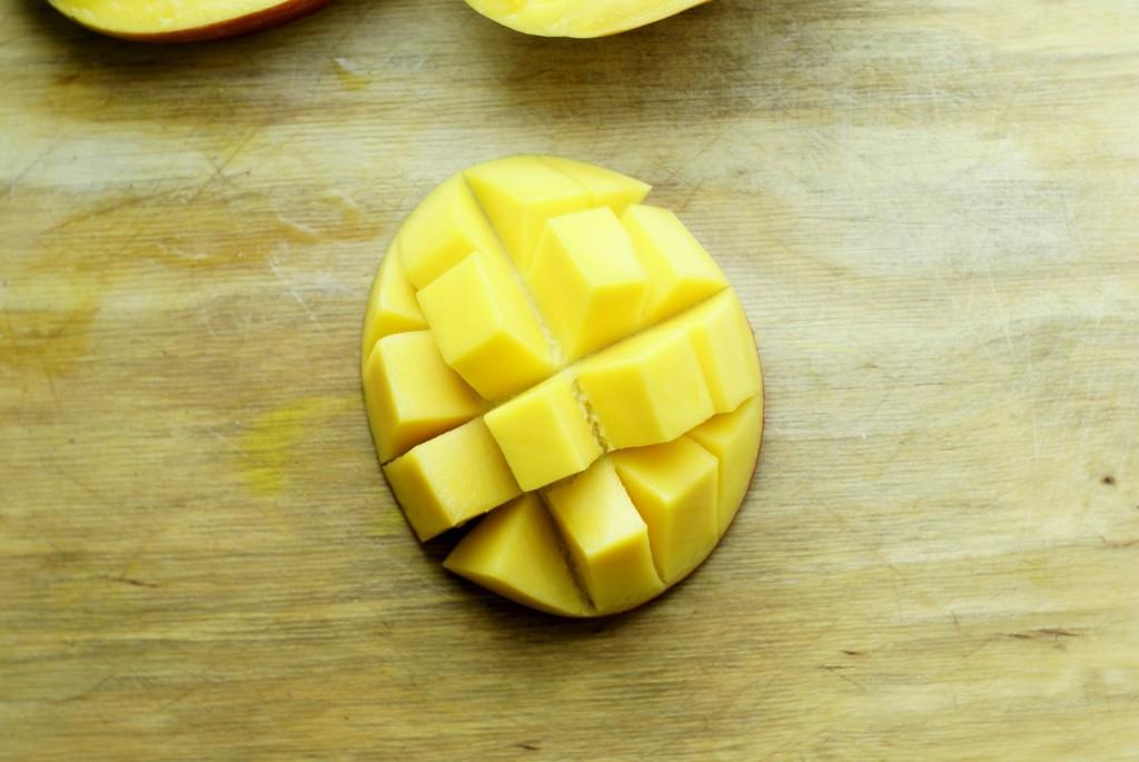 """Mango pokrojone """"na jeża""""."""