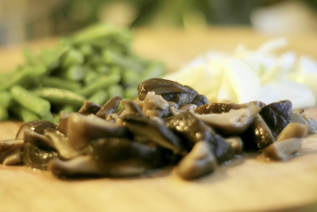 Grzyby shiitake, fasolka szparagowa i cebula.