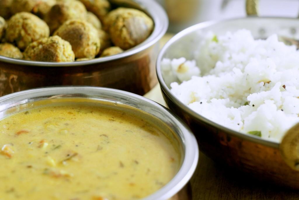 Keralski sos curry, ryż limonkowy i wegańskie kofty z warzyw i tofu.